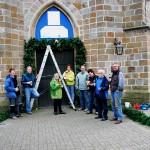 Mitglieder des Kirchenvorstandes beim Schmücken für das Jubiläum