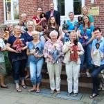 Dass die Arbeit an den Egli-Figuren den 12 Damen und Pfarrer Thomas Hüwe nicht nur sichtlich Spaß machte und gut von der Hand ging, davon konnten sich Kursleiterin Eva Maria Jansen (l. vorn) und Dr. Ludwig Hermeler (oben) überzeugen