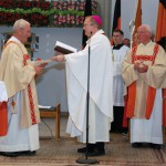 Übergabe des Evangeliars: Diakon Friedel Nähring und Regionalbischof Dr. Hegge und Diakon em. Theo Weischer