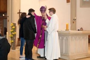 Weihbischof Dr. Christoph Hegge firmt die Jugendlichen