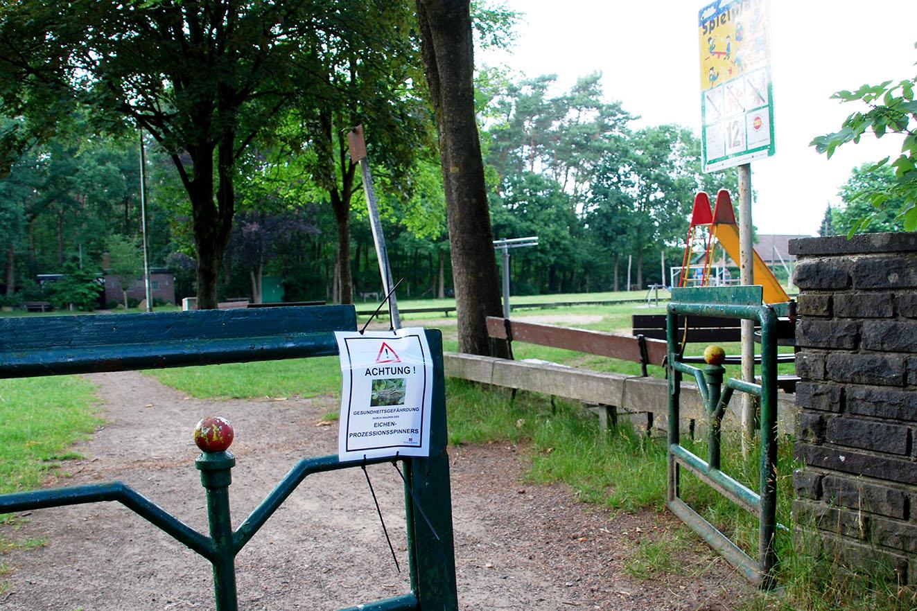 """Warnschilder am Eingang des Spielplatzes """"Hasenhöhle"""""""
