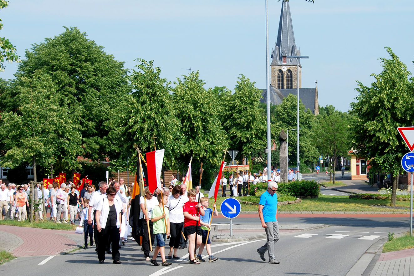 Die Pfarrgemeinde gemeinsam auf dem Weg zum ersten Altar