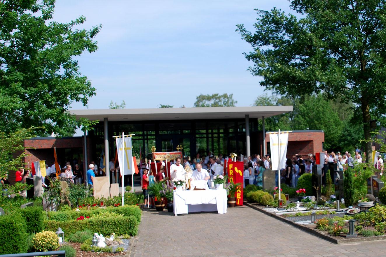 Ein eher ungewöhnlicher Ort für einen Segensaltar: der Waldfriedhof in Mesum