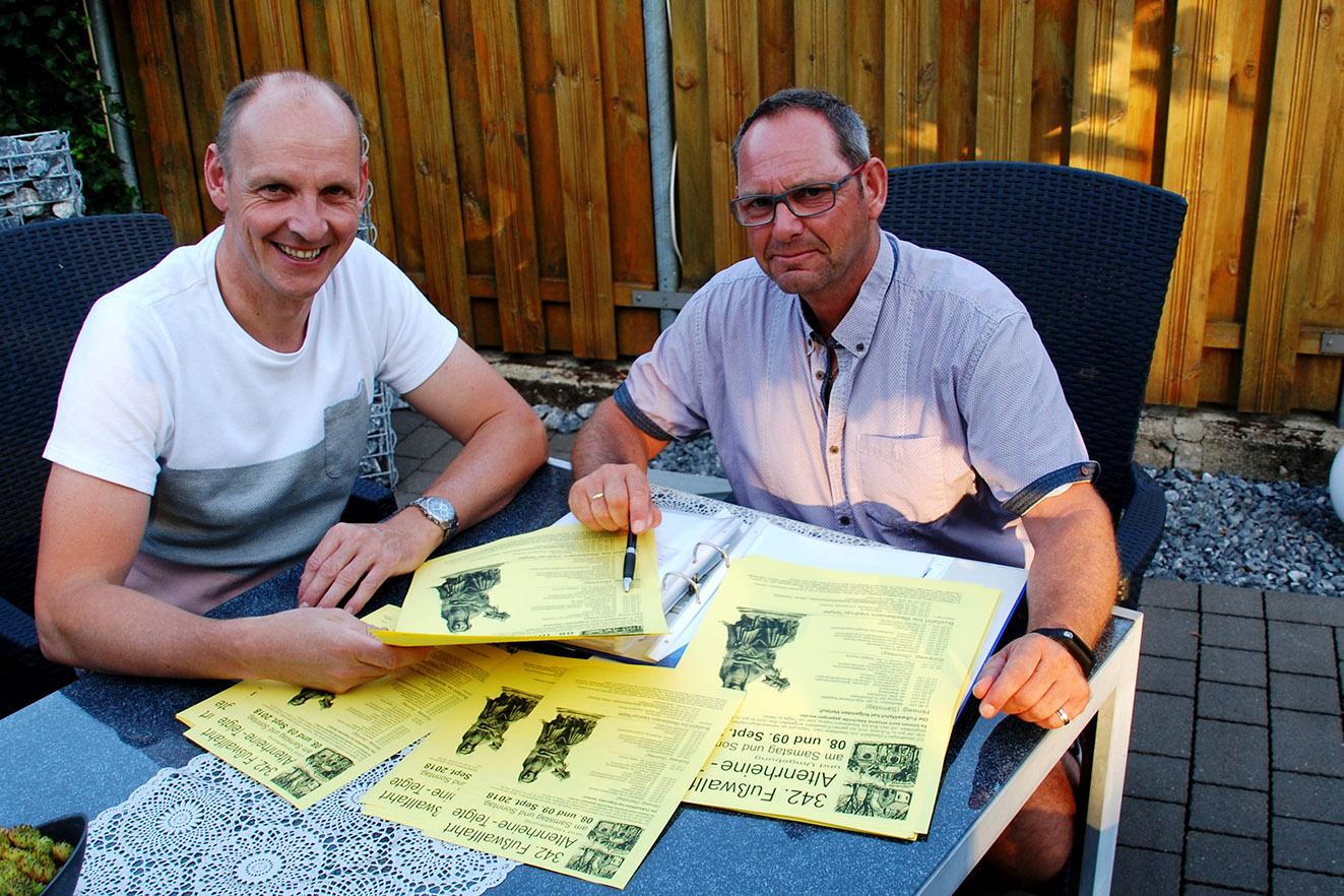 Marco Vorholt und Roger Kösters (v.l.) weisen im Plakat auf die Neuerungen im Wallfahrtsablauf hin