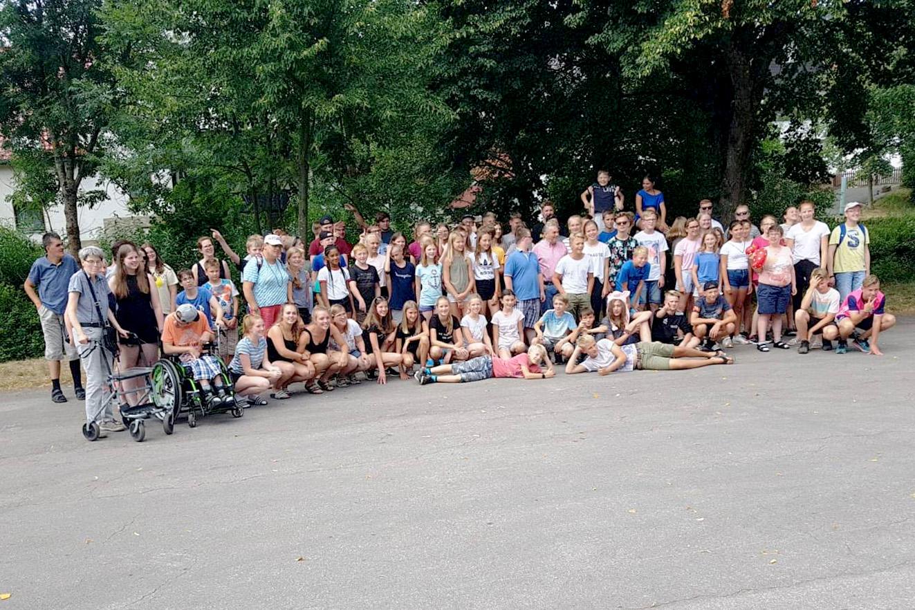 Gern stellten sich Messdiener und ihre Gäste von der IG Menschen mit Behinderung als Abschluss des Besuches zum gemeinschaftlichen Gruppenfoto