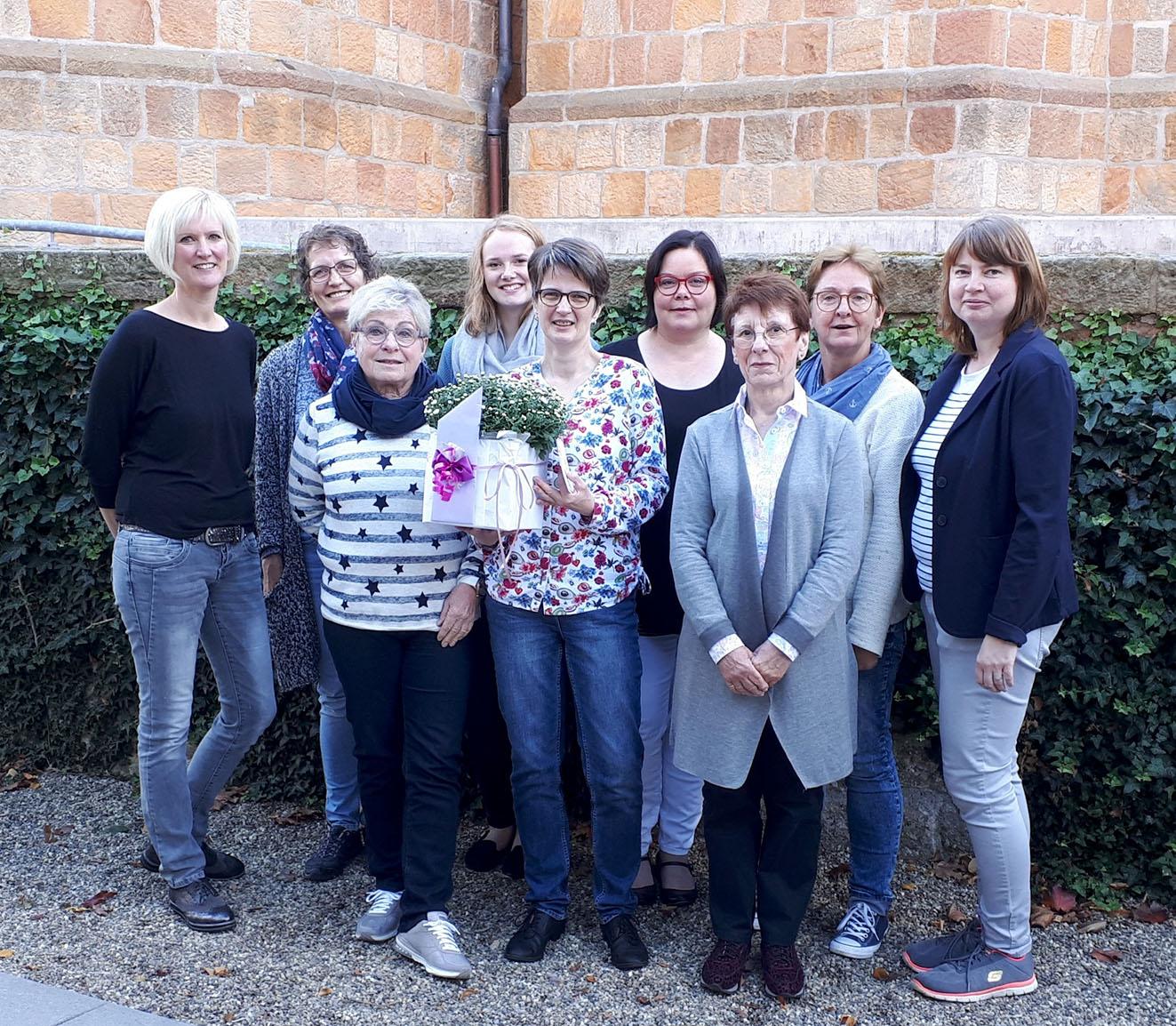 Das Team überraschte Andrea Pohlmeyer mit einem Wellnessgutschein