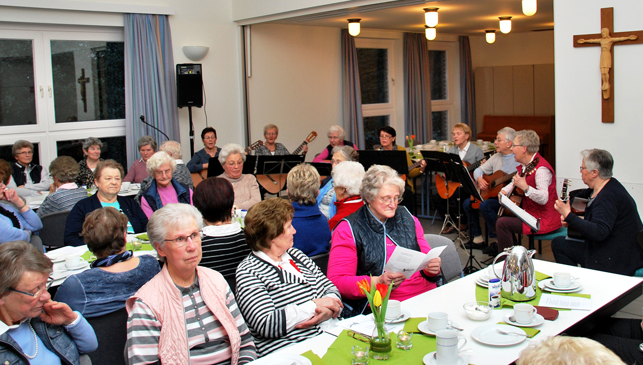 Gern sangen die Mitglieder unter der Begleitung des Gitarrenkreises der Kfd Mesum