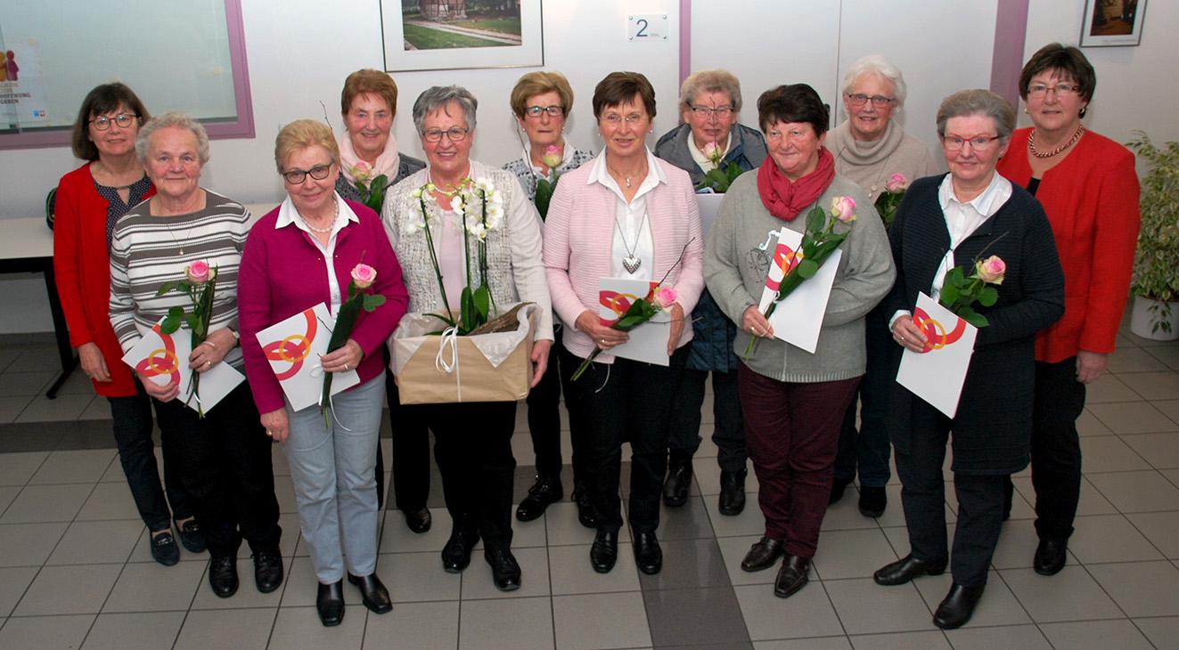 Ute Storm (r.) und Beate Sievers (l.) ehrten die Jubilarinnen der Mesumer Frauengemeinschaft