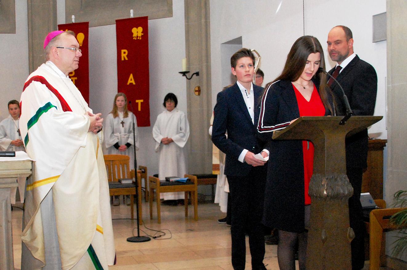 Marie Klaps und Justin Breulmann begrüßen Bischof Christoph Hegge