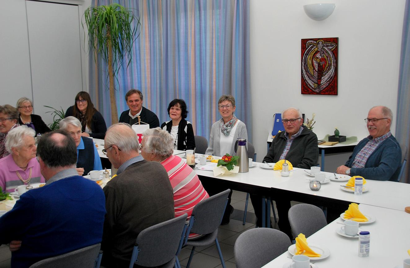 Der KAB-Vorstand mit v.r. Gerd Veltel, Josef Kattenbeck, Doris Wolters, Anne Körner und den Referenten Christoph und Christina Meinigmann