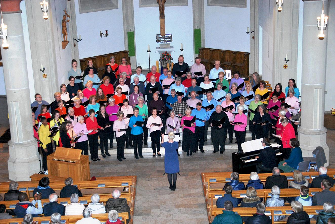 Die vereinigten Kirchenchöre aus St. Johannes der Täufer mit Dirigentin Sigrid Ricken und Susann Kampling, die sich diesmal rechts unter die Sängerinnen gemischt hat