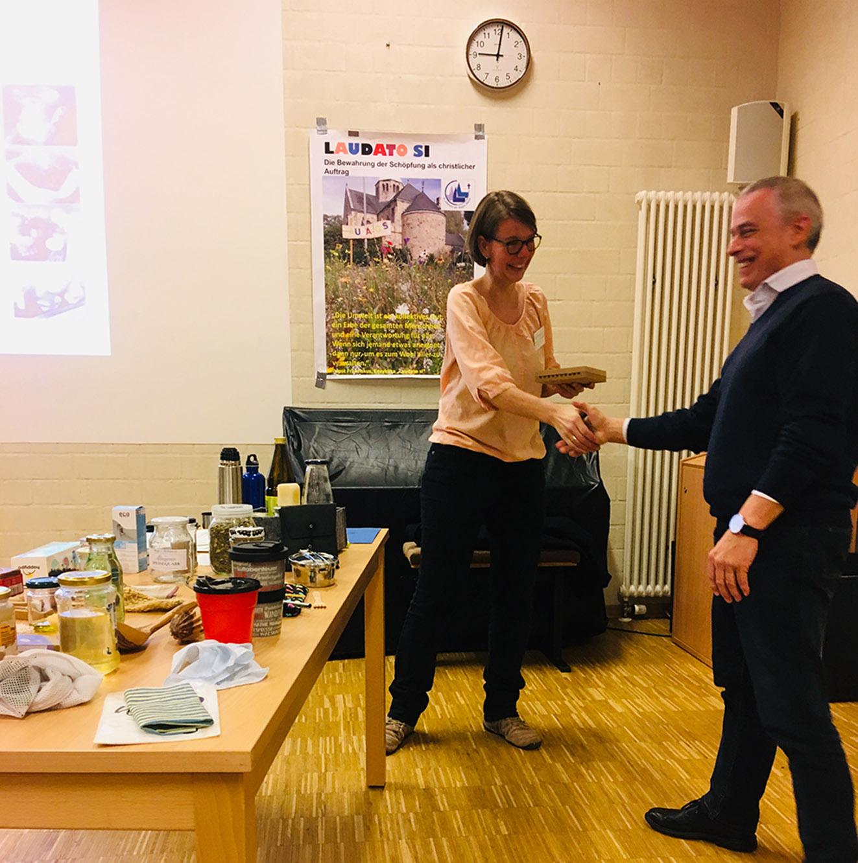 """Heiner Zimmermann überreicht Birgitta Bolte den Mauerbienenbeobachtungskasten, der den Schriftzug """"Laudato Si"""" trägt"""