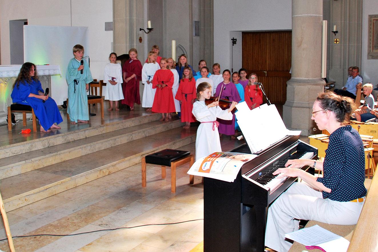 Die Eingangsszene mit Nils Wollermann und Leonie als Zacharias und Elisabeth mit Susann Kampling am Klavier