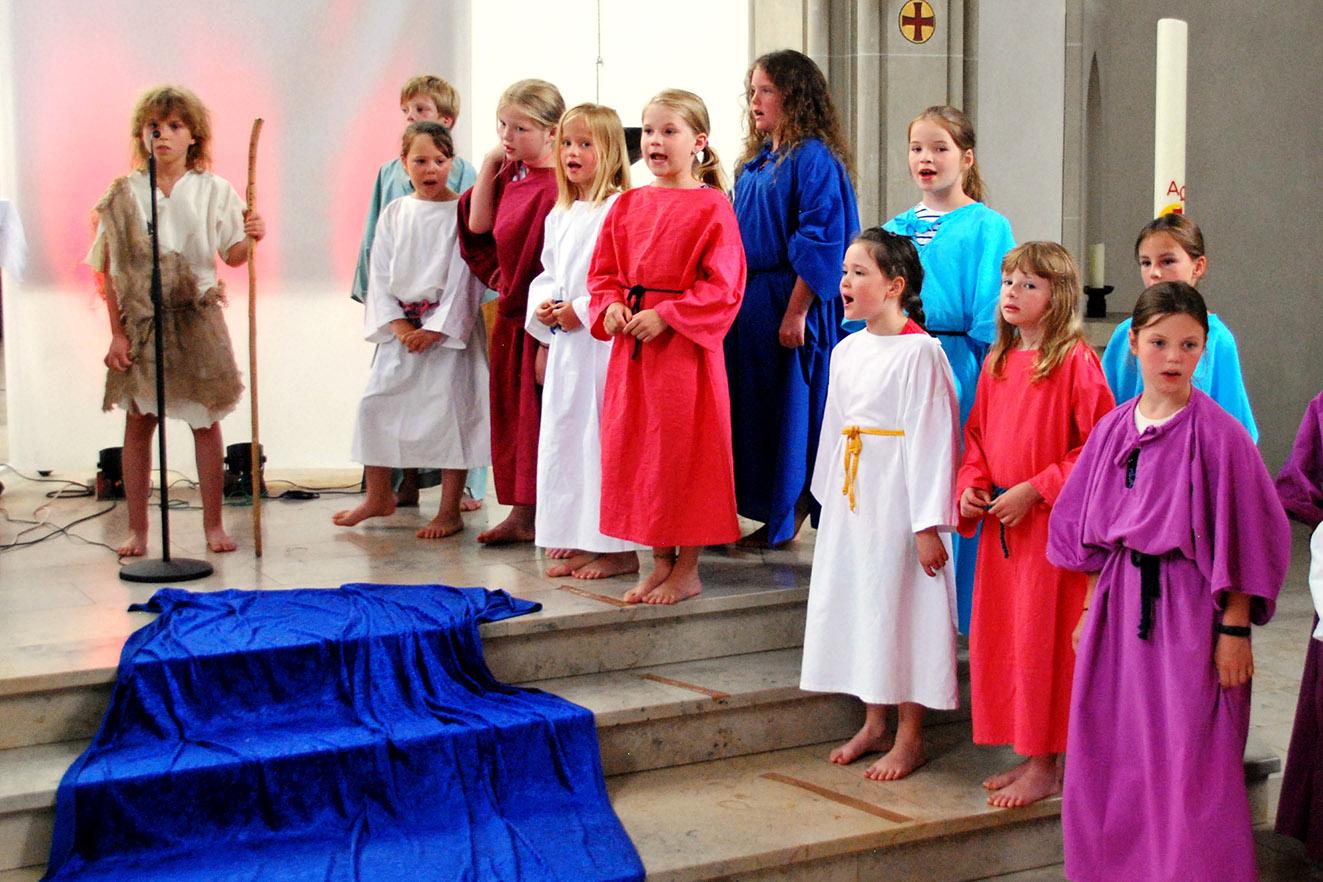 Starkes Schlussbild mit Anna Wiese als Johannes der Täufer bei seiner Bußpredigt