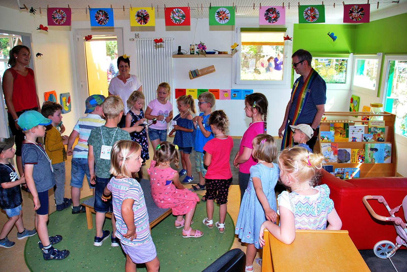Mit großem Eifer unterstützten die Kinder Pfarrer Hüwe beim Einsegnen der Räume