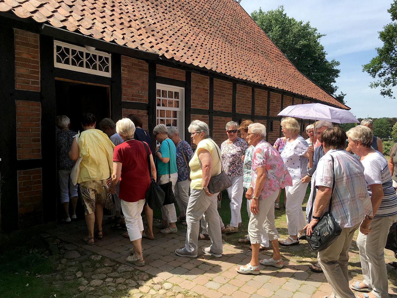 Die Kfd-Mitarbeiterinnen auf dem Heimathof in Emsbüren