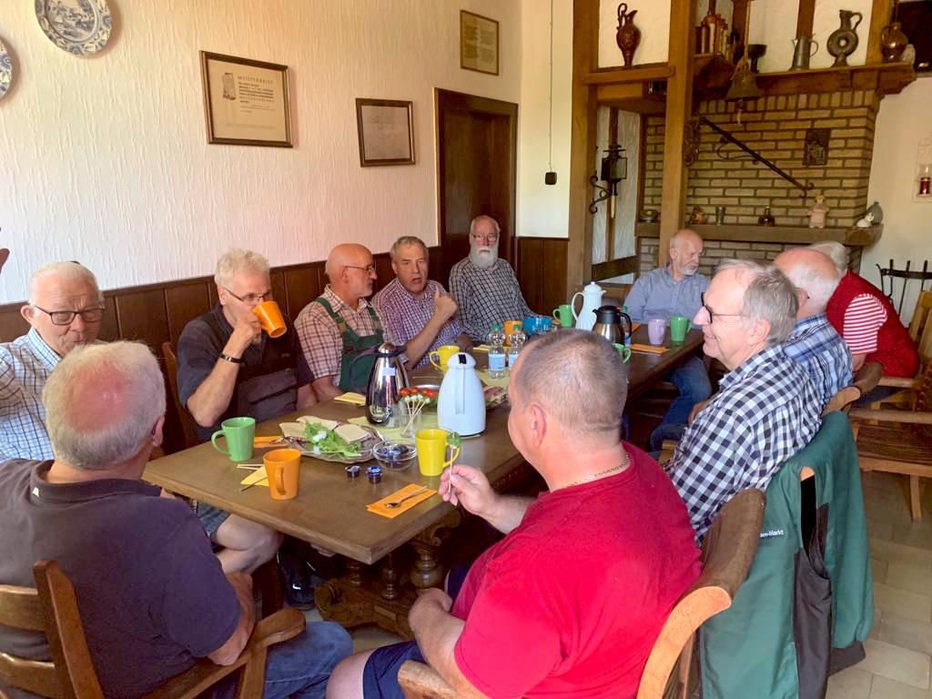 Als Dankeschön wurden alle nach getaner Arbeit mit einem Frühstück belohnt Jeder kleine Zwischenraum wurde mit Hilfsgüter gefüllt.