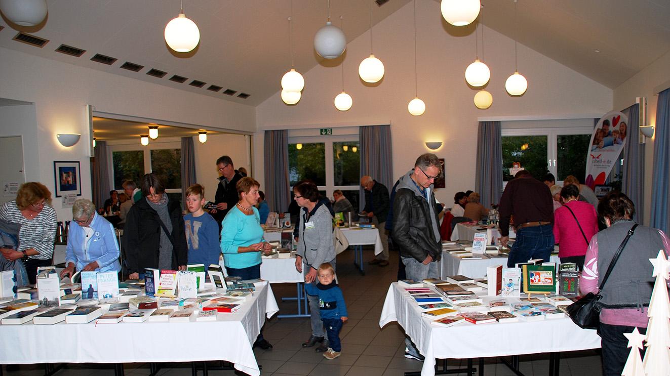 Viele Besucher kamen ins Pfarrheim zur KÖB-Ausstellung
