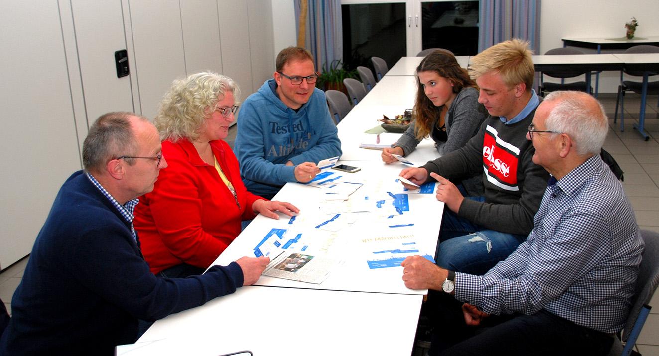 """Udo und Maria Mogdans, Christian Heckhuis, Jona Stallmann, Maximilian Sandmann und Josef Feismann (v.l.) vereinbarten eine Zusammenarbeit zum Thema """"Für Demokratie gegen Rassismus"""""""