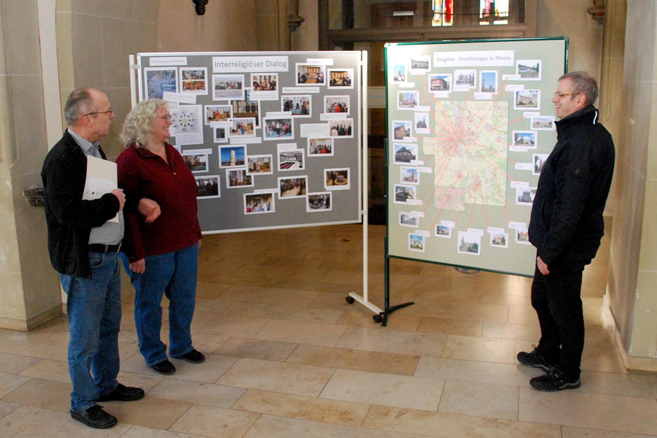 Pfarrer und Dechant Thomas Hüwe, Maria und Udo Mogdans (v.r.) eröffneten die kleine Ausstellung in der Mesumer Pfarrkirche