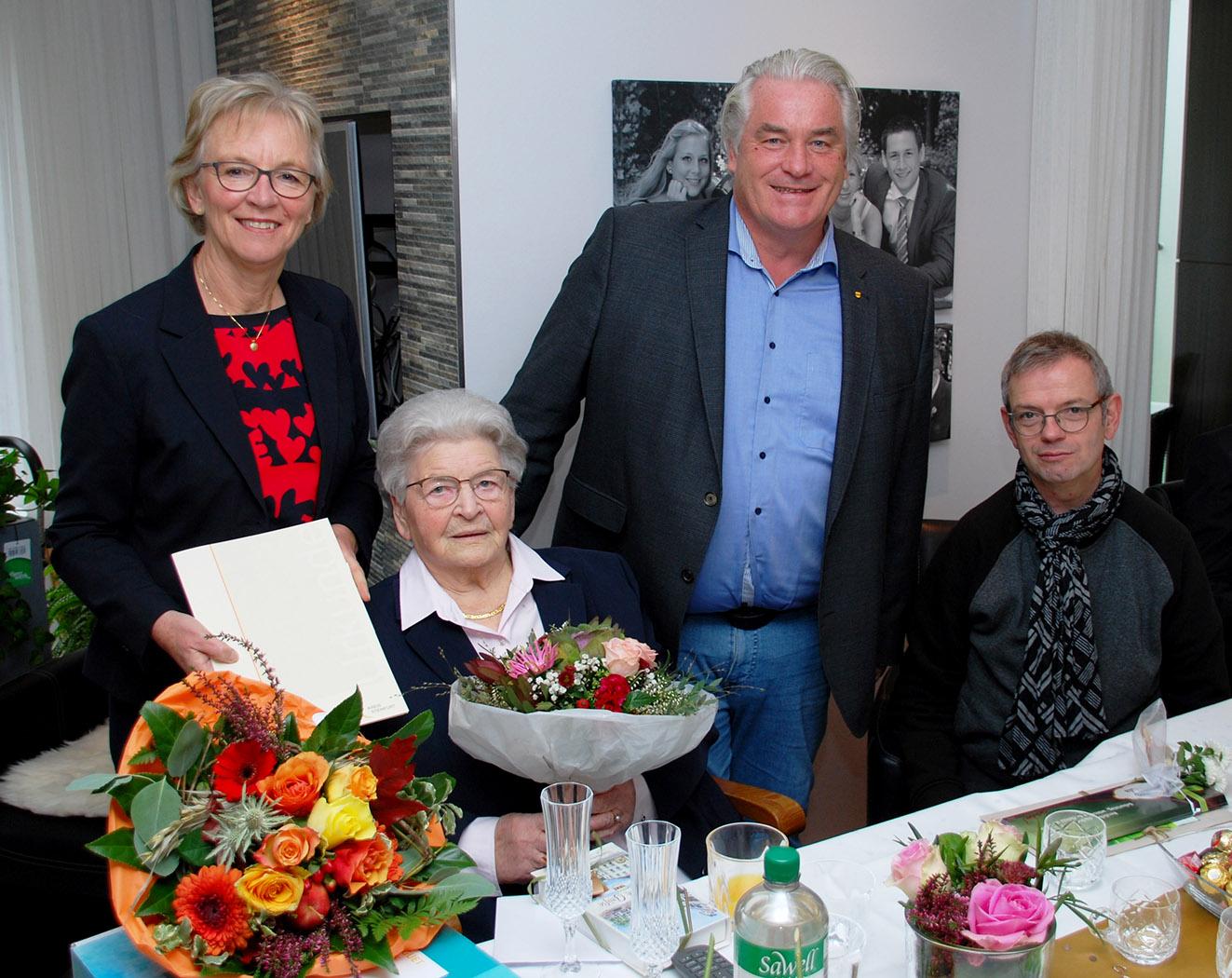 Drei der vielen Gratulanten für Pauls Kösters: erste Landratsstellvertreterin Gisela Köster, stellvertretender Bürgermeister Norbert Kahle und Pfarrer und Dechant Thomas Hüwe