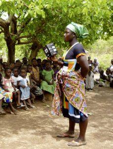Während eines Empfangs in einer Außenstation berichtet eine Mutter von den Erfahrungen mit der Solar-Lampe