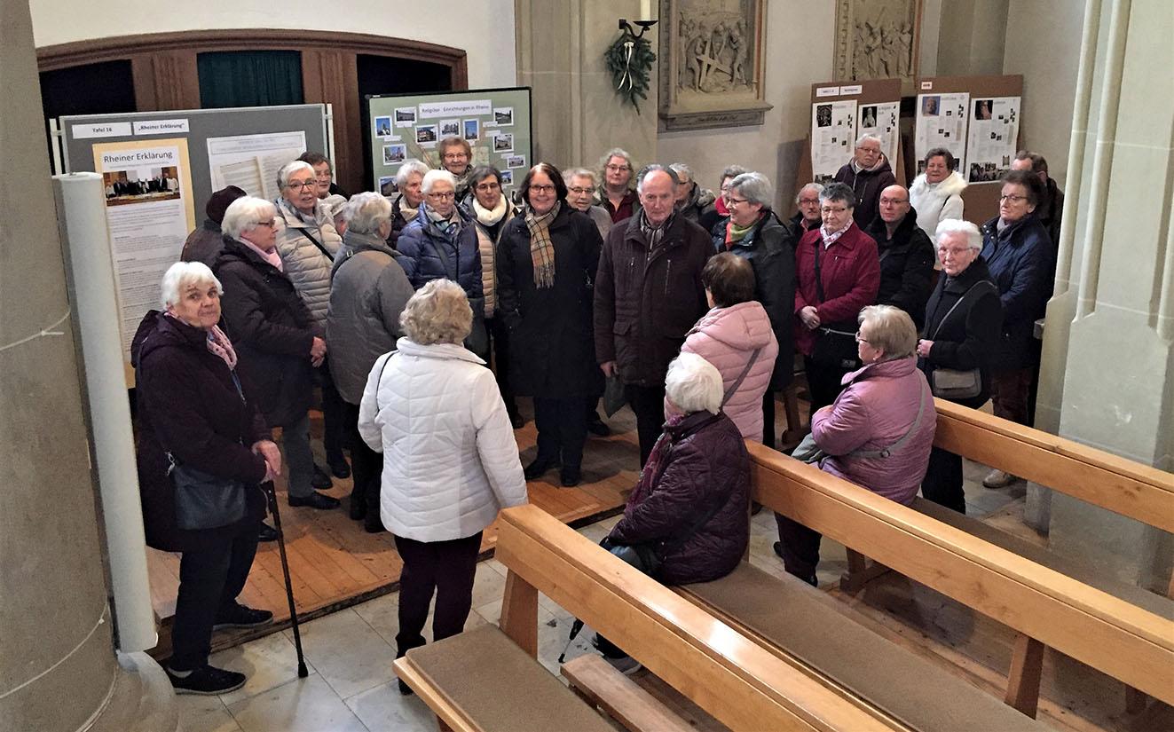 Die Senioren aus Nordwalde während der Führung durch die Ausstellung mit Maria Mogdans