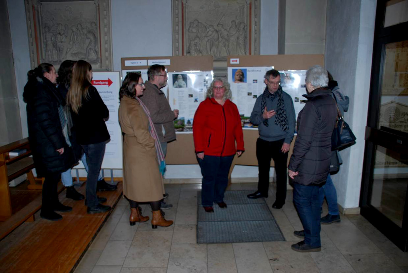 """Pfarrer Thomas Hüwe und Maria Mogdans (2. Und 3. v.r.) eröffneten in der Mesumer Pfarrkirche die Ausstellung """"Weltreligionen, Weltfrieden, Weltethos"""" e"""