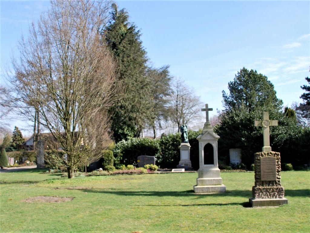 Nur noch Spuren im Rasen: Vier historische Grabsteine sind abgebaut