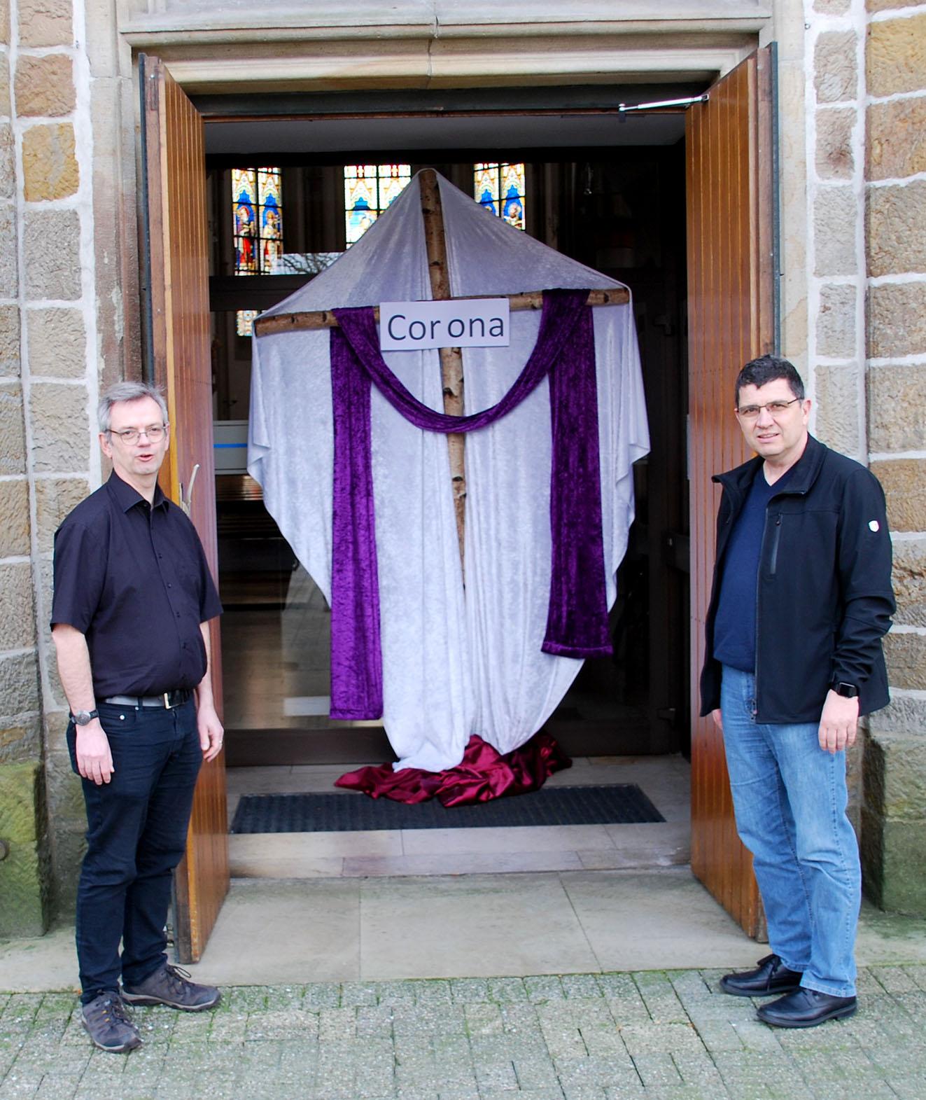 Dechant Thomas Hüwe (l.) und Matthias Höfker vor dem neu eingerichteten Gebetsort in der Mesumer Pfarrkirche