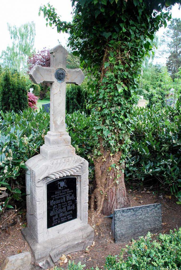 Erst das Entfernen von dichtem Efeu brachte vor einiger Zeit das schöne Grab der Familie Ross zum Vorschein