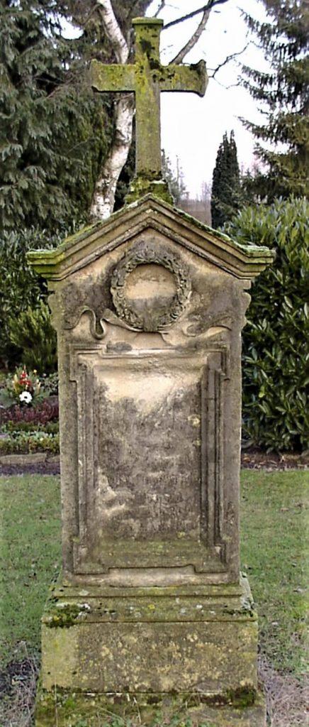 Vor der Renovierung war die Inschrift am alten Grabmal Bertels nichts zu entziffern