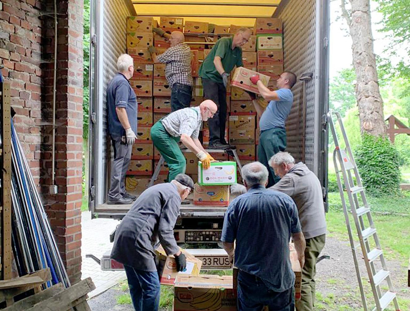 zum letzten Mal beluden die Helfer den LKW. Dabei wurde jede noch so kleine Lücke mit Hilfsgütern ausgefüllt